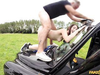 Муж ебет жену в машине