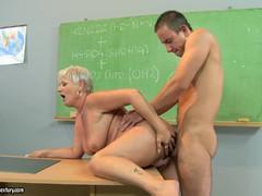Парень лижет зрелой женщине порно